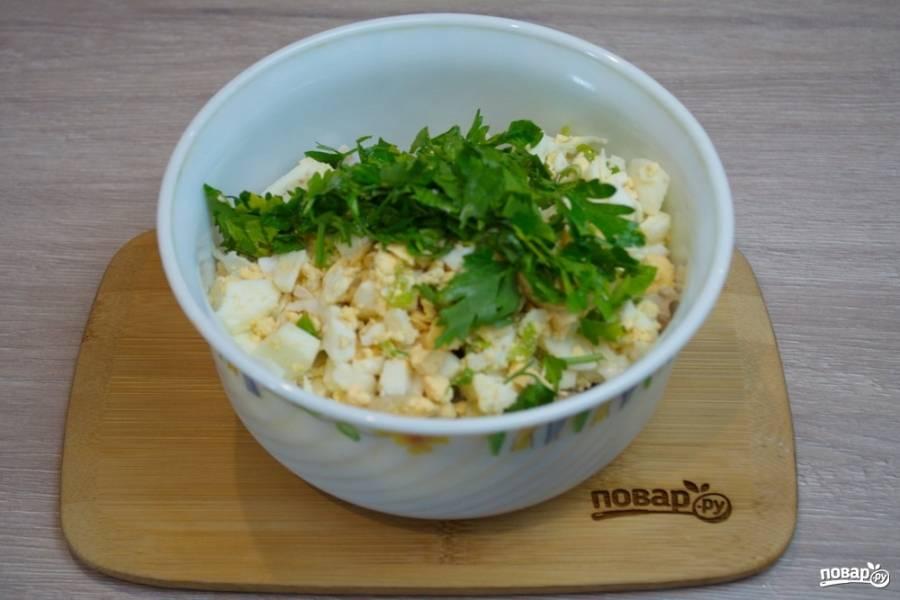 Любую зелень (по вашему выбору) нарежьте мелко и добавьте в салатник. Отварные яйца нарежьте кубиком.