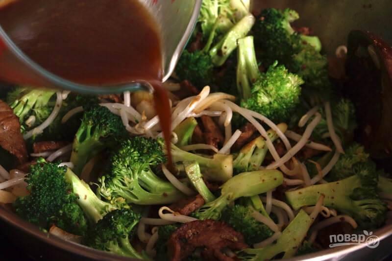 6.Сделайте соус из оставшегося соевого соуса, вина, воды, сахара, молотого перца, крахмала. Влейте его в сковороду, перемешайте и прогрейте 1-2 минуты.