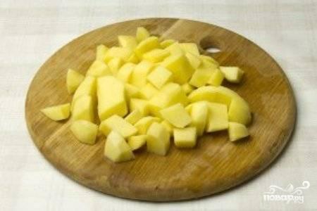 Нарезанный кубиками картофель добавьте в бульон и варите еще 20 минут.