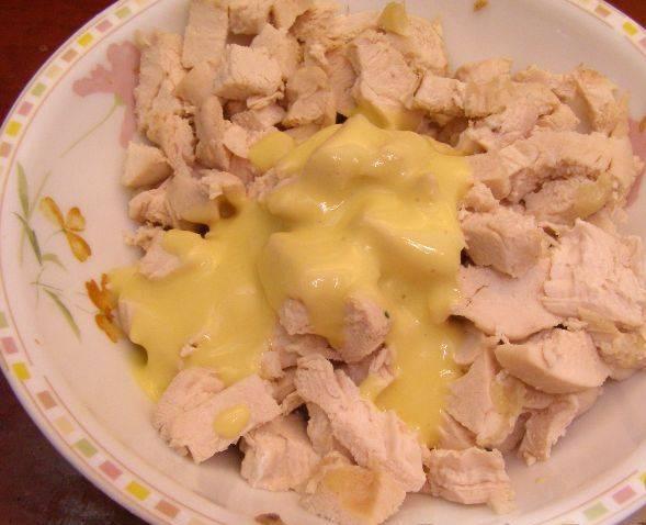 8. Заправляем курицу полученным соусом и перемешиваем.