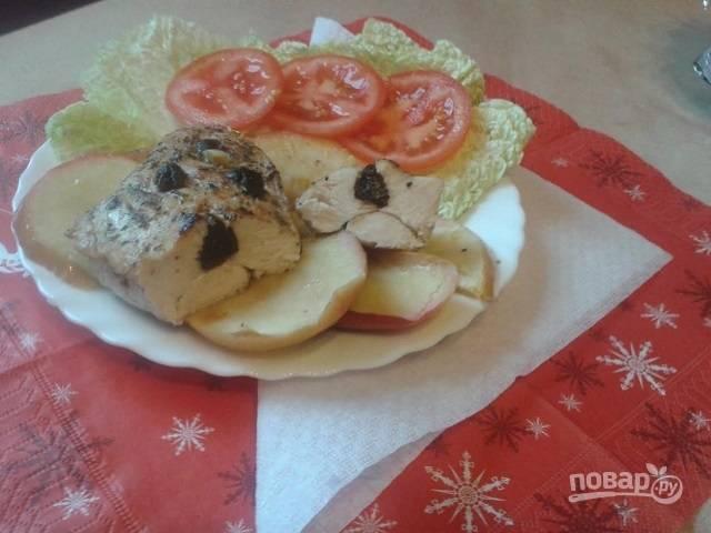 Куриное филе с яблоками и черносливом