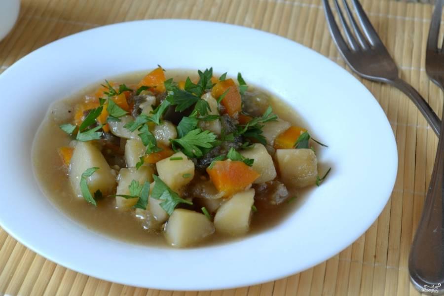 Овощное рагу с баклажанами и кабачками готово. Подавайте его горячим, украсив зеленью. Кушайте с удовольствием!