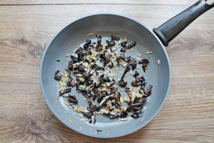 Посолите и обжаривайте грибы с луком на среднем огне в течение 5-7 минут до готовности лука, перемешивая.