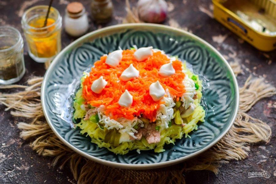 Следующий слой - вареная морковь - натертая мелкой стружкой. Смажьте морковь майонезом.