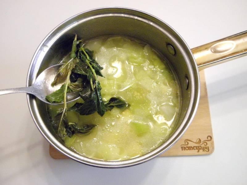 5. Из готового супа извлеките осторожно мяту. Ее можно выбросить, свой аромат и вкус она уже отдала супу.