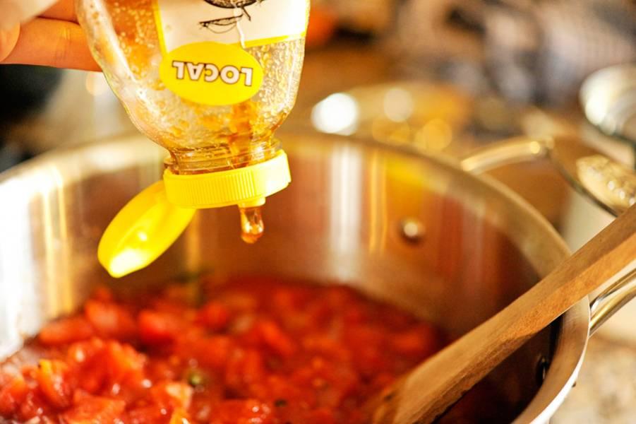 5. Добавьте в конце жарки базилик и протушите немного овощи с травами.  Если любите супы с кислинкой, то можете добавить немного лимонного сока, хотя помидоры также дадут немного кислоты. В самом конце добавьте пару капель меда и влейте овощной бульон (если имеется, а если нет - обычную воду). Многие добавляют куриный бульон, что также достаточно уместно в данном случае.