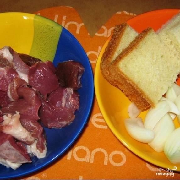 Из мясной мякоти, лука и замоченного в молоке белого хлеба перекручиваем фарш.