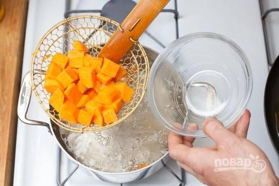2.Сотейник с водой отправляю на огонь, после закипания выкладываю в сито сладкий картофель, опускаю его в воду и отвариваю (5-7 минут).
