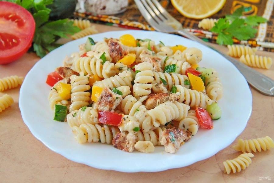 9. Салат с курицей и макаронами готов. Подавать его можно сразу. Приятного аппетита!
