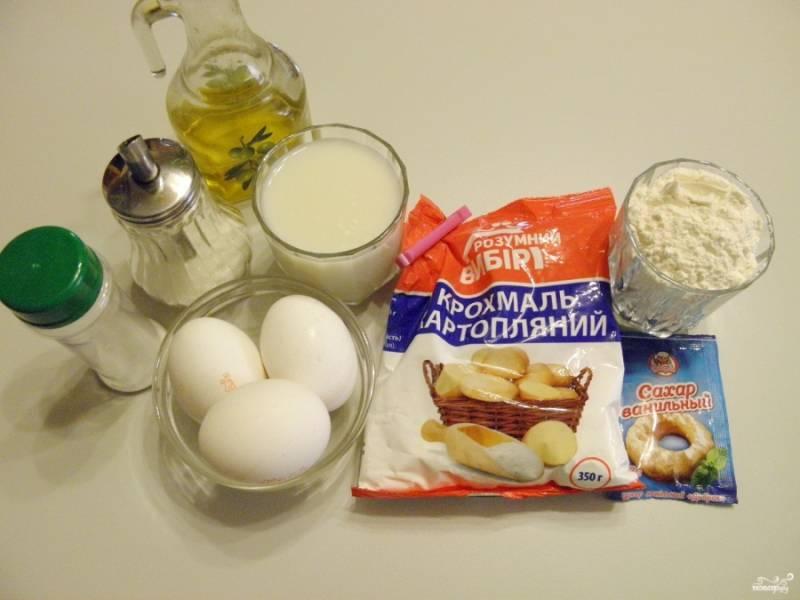 Подготовьте продукты для блинчиков. Если яйца крупные, то трех будет достаточно, если мелкие - добавьте еще одно.