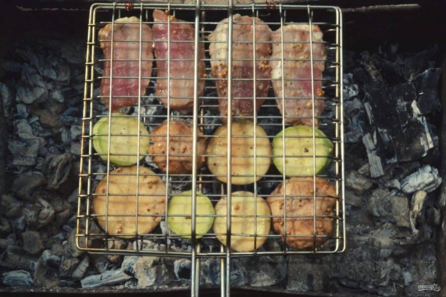 Поместите овощи и мясо на решетку и отправьте на угли.