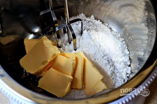 Масло сложите в глубокую посуду, добавьте ваниль и сахарную пудру и, с помощью миксера, взбейте до пышности.