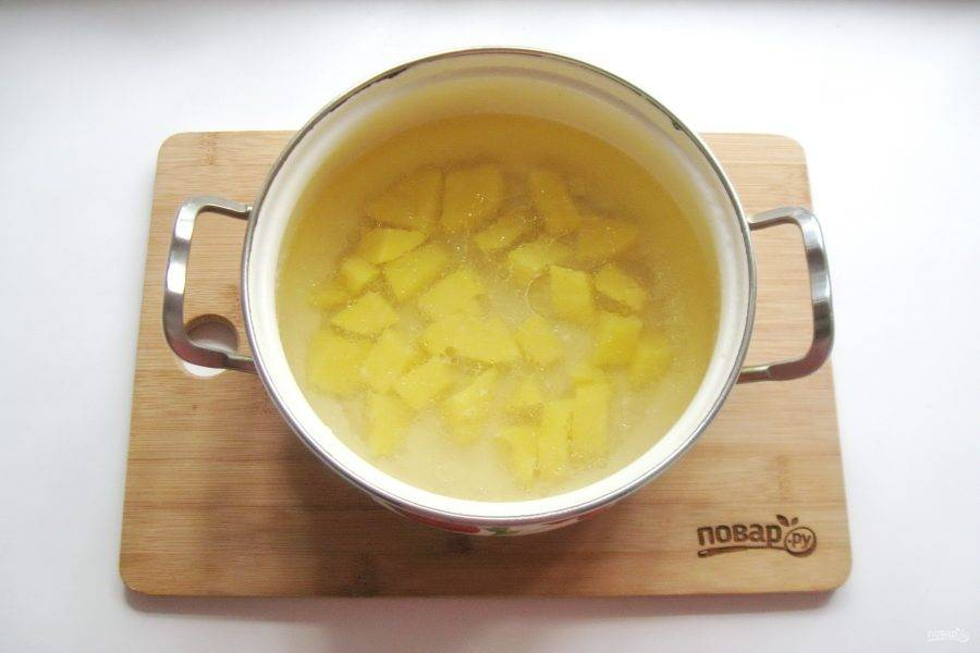 Процедите бульон и влейте в кастрюлю. Картофель нарежьте кубиками и выложите в кастрюлю. Начинайте варить суп.