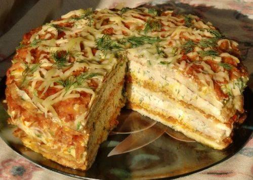 На пару часов ставим наш пирог в холодильник. Там он весь пропитается начинкой. На стол подаем, украсив зеленью.  Приятного аппетита!