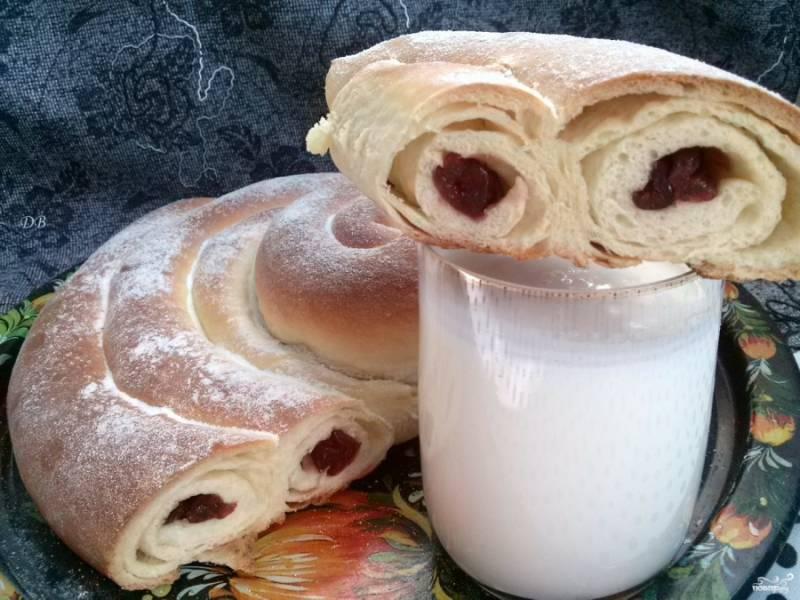 Выньте пирог из духовки, его остудите на решетке. При желании посыпьте сахарной пудрой. Приятного аппетита!