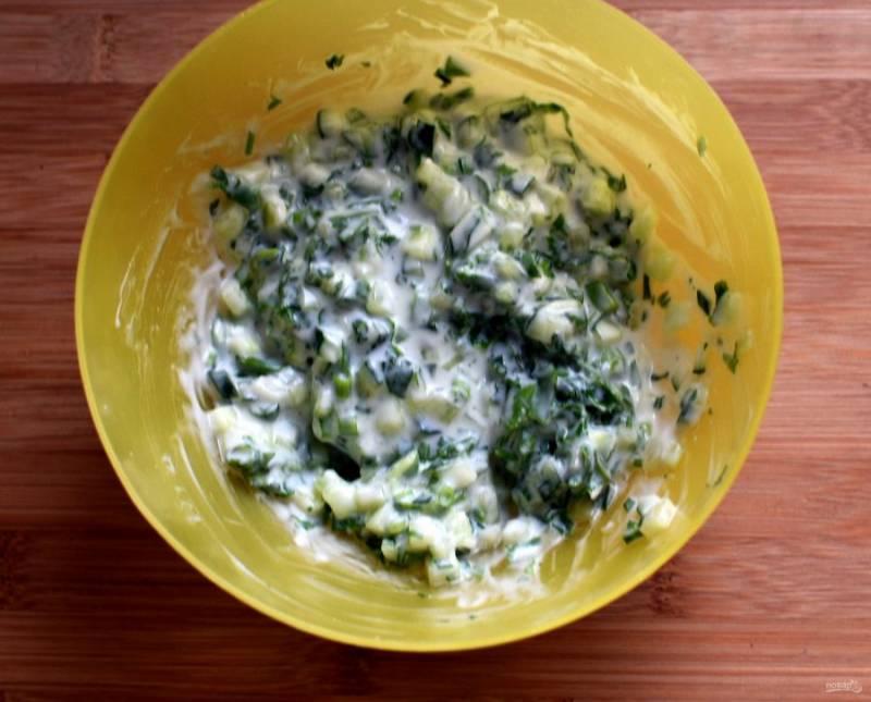 Приготовьте райту из огурцов с пряной зеленью и йогуртом, уберите в холодильник.