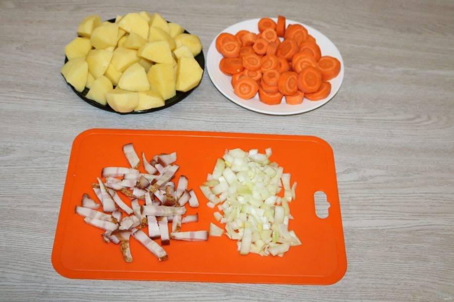Лук нарежьте кубиками, бекон соломкой. Морковь нарежьте кольцами, картофель крупными кусочками.