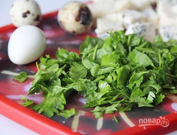 В кастрюлю налейте воду, выложите в нее перепелиные яйца, варите их три минуты. Затем остудите яйца под холодной водой и очистите их от скорлупы. Петрушку вымойте и нарубите. Нарежьте сыр на небольшие кубики.