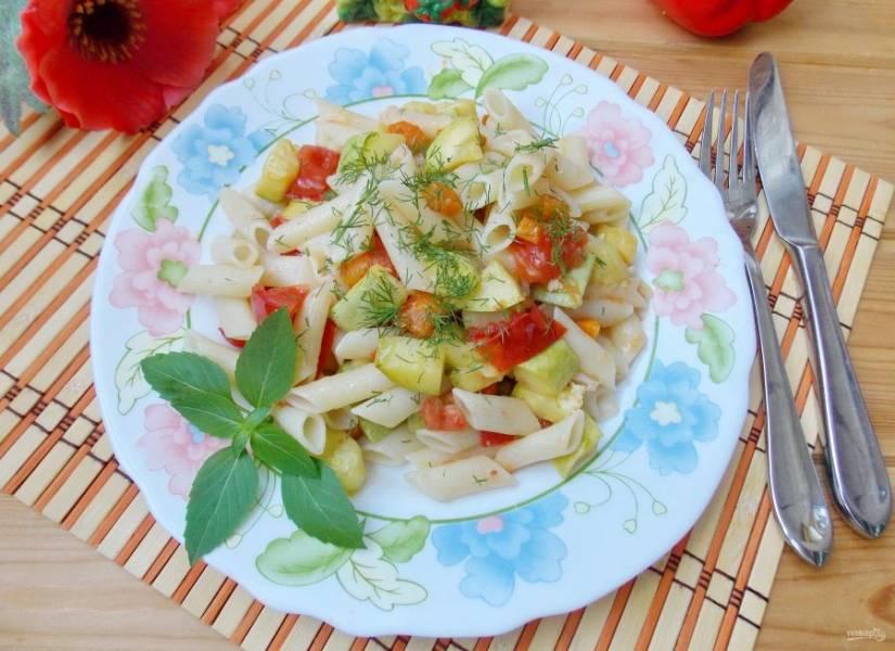 Паста с кабачками и помидорами готова. По желанию посыпьте её тертым сыром.