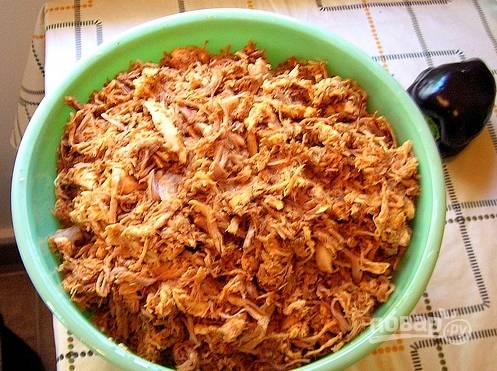 3. А теперь просто мелко рубим или рвем руками курицу и мясо, смешаем между собой. В качестве приправы надо в сотейнике подогреть масло, добавив в него все наши специи. Половиной этой смеси заливаем мясо, перемешаем.