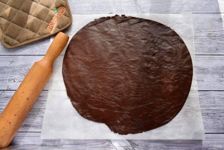 3.    Раскатайте тесто в тонкий пласт, толщиной 5 мм. Переместите тесто в форму диаметром 24 см. Сформируйте бортики, высотой 2-3 см. Наколите тесто вилкой.