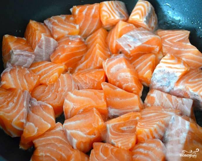 Подготавливаем рыбу. Очищаем филе от костей и шкурки. Нарезаем на кусочки. Обжариваем рыбу на сковородке с добавлением растительного масла в течение 5 минут.