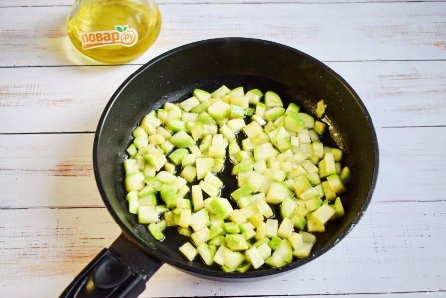 Кабачки нарежьте кубиками, порционно обжарьте на разогретом растительном масле до прозрачности.