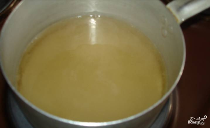 Приготовим глазурь. Кипятим воду, растворяем в ней сахар, увариваем его. Затем добавляем цедру и сок лимона, перемешиваем.