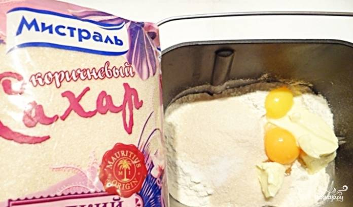 1. В этом рецепте тесто замешивается в хлебопечке. Для этого возьмите подогретое молоко, мягкое масло, сахар песок, желток, соль. Добавьте сухие дрожжи, предварительно смешанные с просеянной мукой.