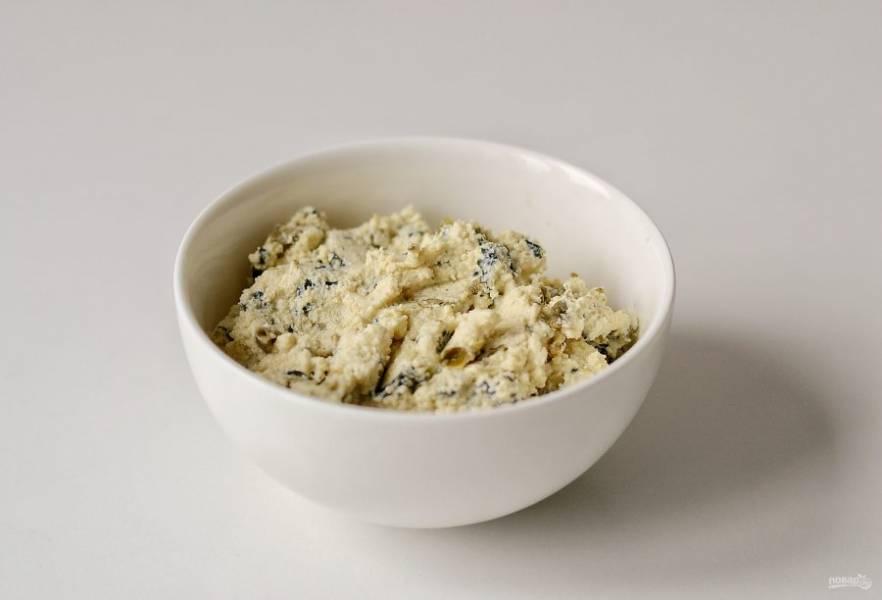 Для начинки измельчите тофу в блендере с майонезом. Добавьте мелко порубленные каперсы и морские водоросли нори. Посолите и поперчите по вкусу.