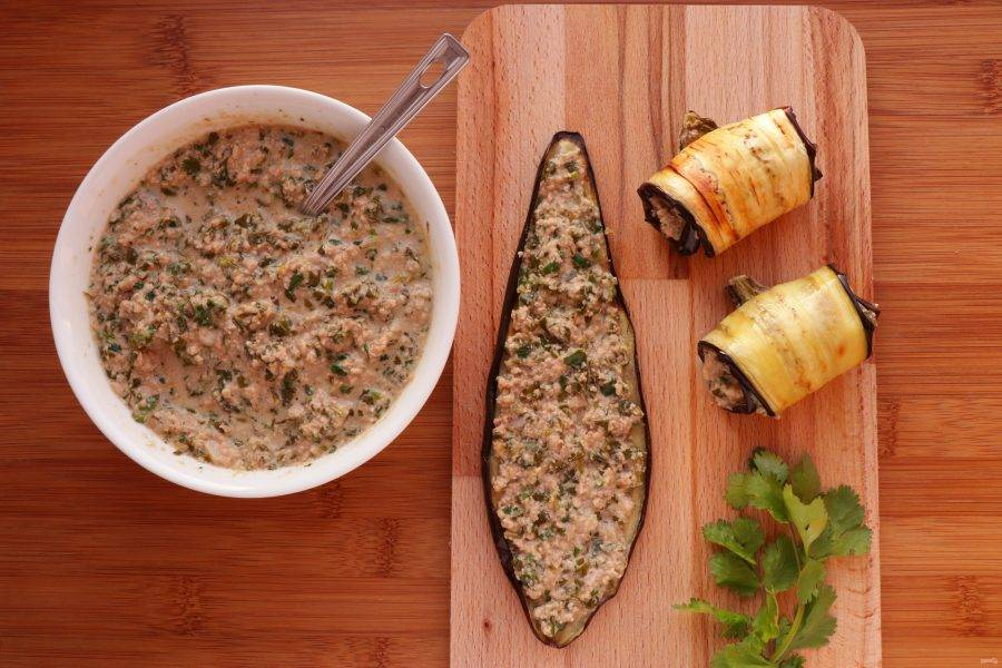 Запеченные ломтики баклажан смажьте ореховым соусом и сверните в рулет.