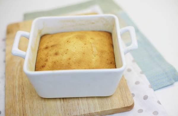 5. Выпекайте до образования румяной корочки и сухой спички. Дайте бисквиту немного остыть, затем аккуратно достаньте из формы и оставьте до полного остывания.
