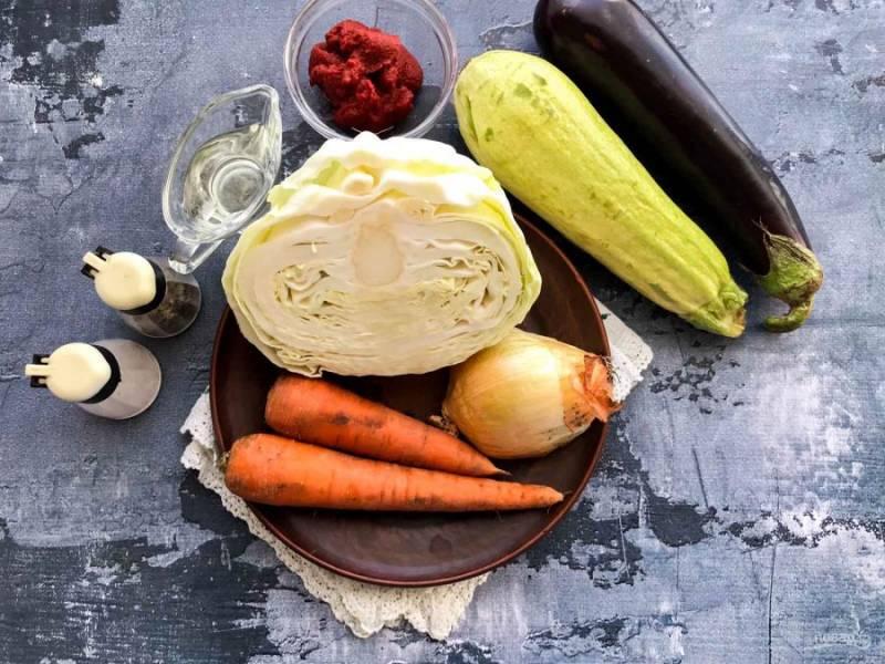 Для приготовления тушеной капусты с баклажаном и кабачком подготовьте все необходимые ингредиенты.