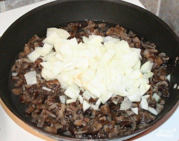 Добавляем в сковороду лук и жарим еще несколько минут, пока он не станет прозрачным и местами золотистым. Солим, добавляем специи.