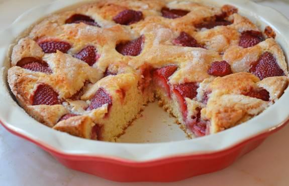 4. Когда пирог станет золотистым сверху, считайте: он уже готов. Достаем и нарезаем! Вкуснятина готова!