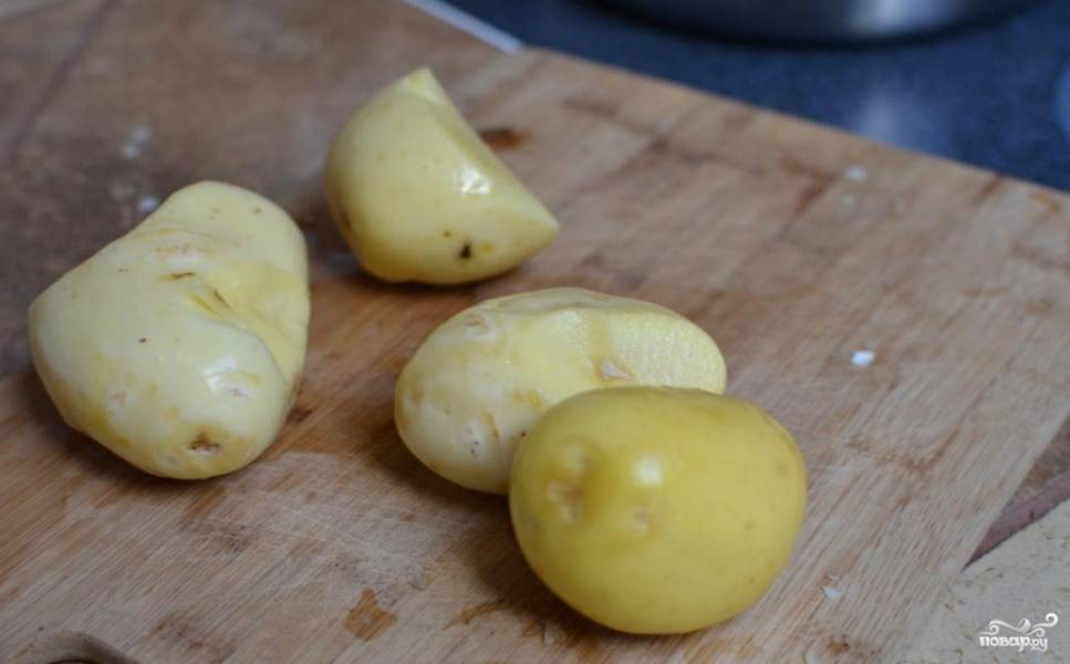 картофель чистим и нарезаем небольшими кубиками опускаем в воду.