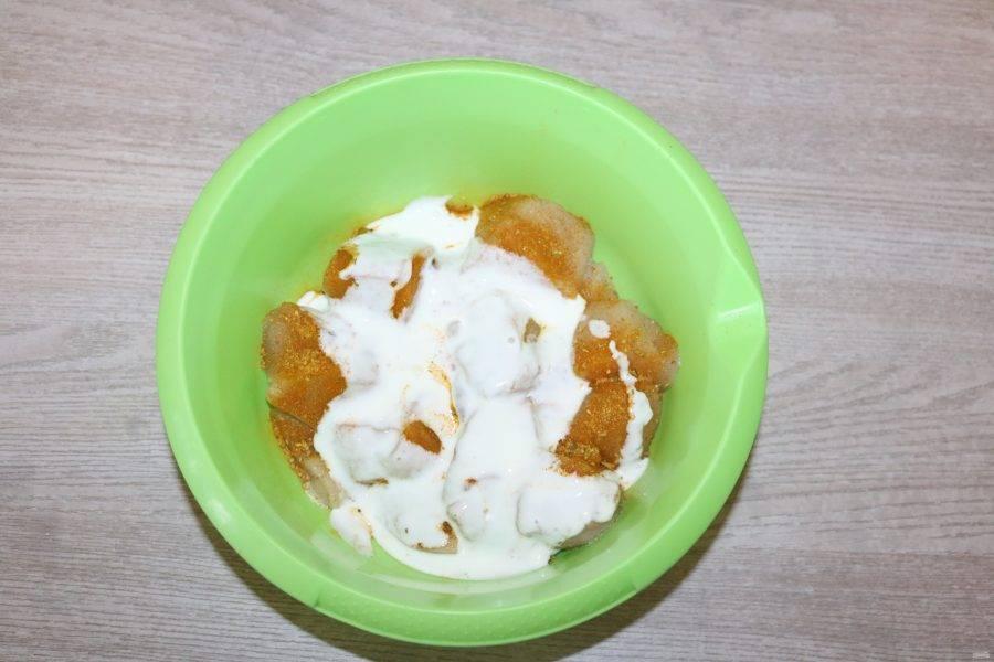 Добавьте натуральный обезжиренный йогурт.