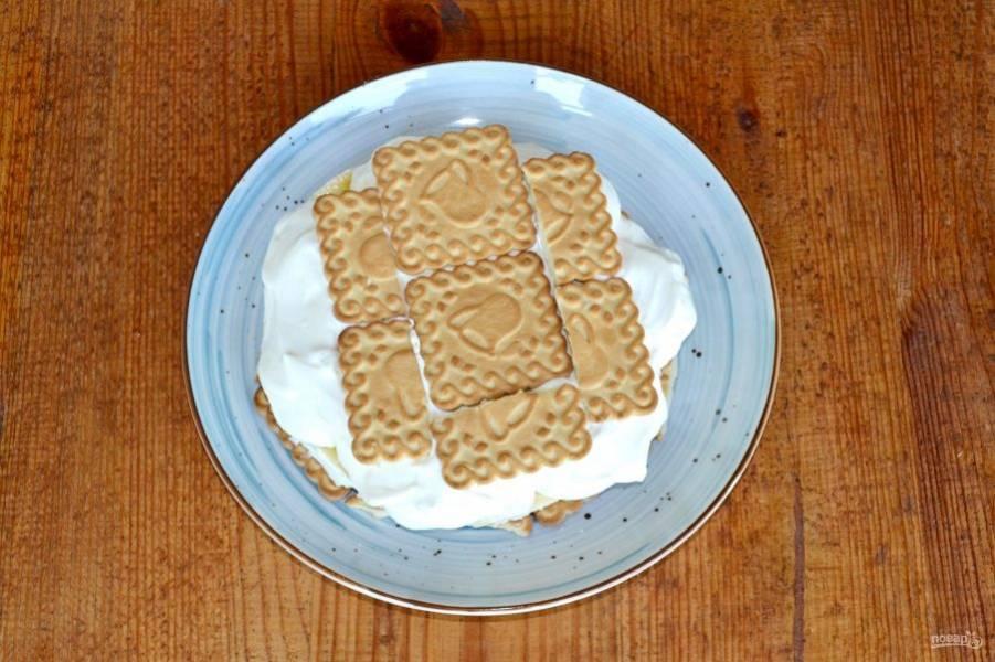 Следующий слой, снова печенье, я делаю чуть меньшего диаметра.