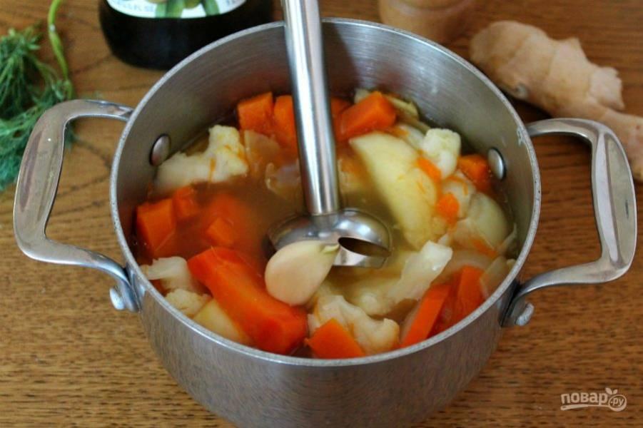 5. Когда все овощи готовы, снимаем суп с огня, бросаем зубок чеснока и перемалываем блендером до однородной консистенции.