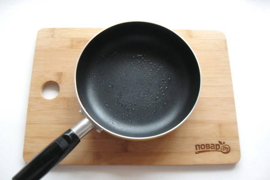 Приступайте к выпечке блинов из чечевицы. Тонким слоем растительного масла смажьте разогретую на среднем огне сковороду с антипригарным покрытием.