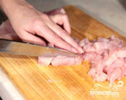 1.Промываем картофель, очищаем от кожуры и нарезаем кружочками (толщина примерно пять миллиметров). От косточки отделяем куриное мясо и нарезаем его кубиками, примерно 2х2 сантиметра.