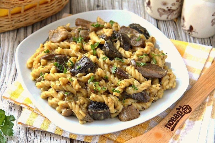 Макароны с грибами в мультиварке готовы. Подавайте к столу в горячем виде, по желанию заправив сливочным маслом. Приятного аппетита!