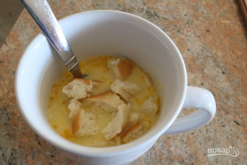 3.Нарежьте 0,5 ломтика хлеба небольшими кусочками или порвите руками, добавьте в чашку.