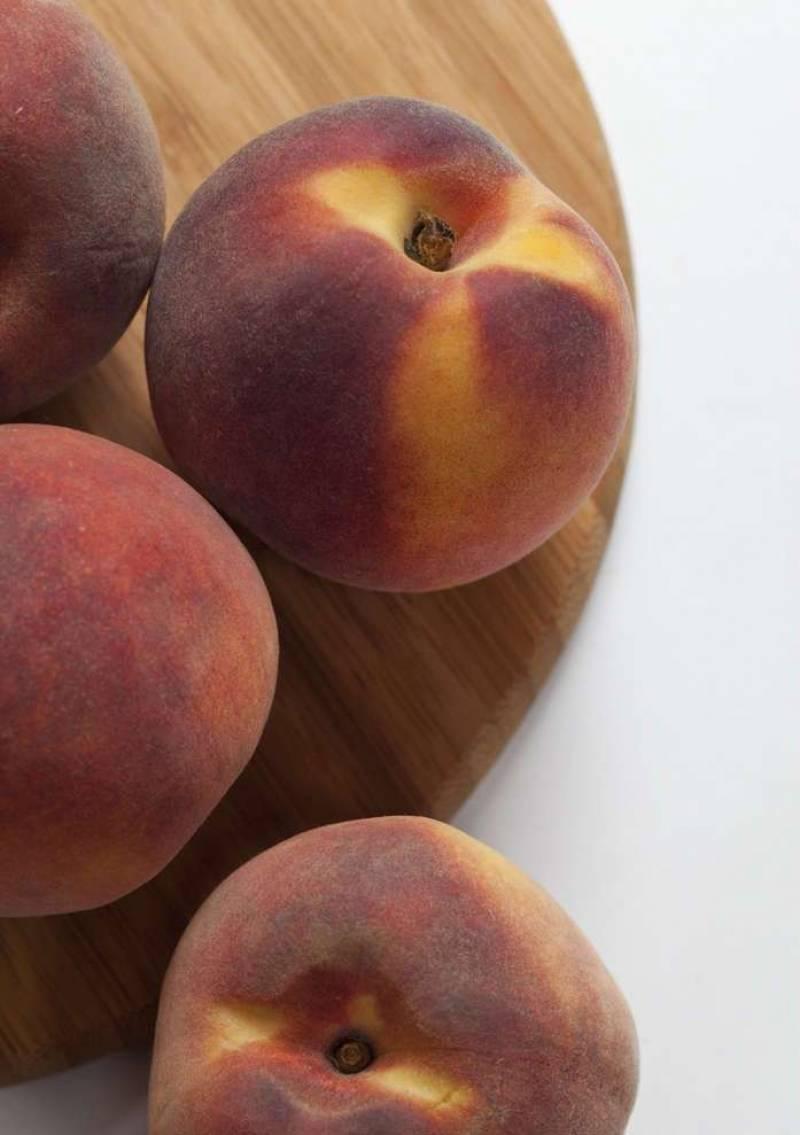 1. Для начала нам следует измельчить персики: удалите косточку, нарежьте небольшими кусочками и измельчите в блендере.