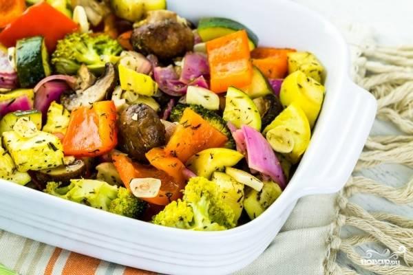 Переложите их на противень и тушите в духовке, разогретой до 170 градусов, в течение 40-50 минут. Овощи будут спокойно тушиться в собственном соку и получатся очень ароматными и нежными. Приятного аппетита!