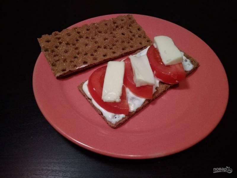 6. Потом разложите ломтики помидора и сыра.