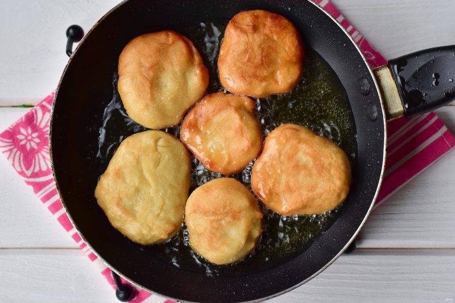 Пампушки выложите на разогретую сковороду с растительным маслом. Жарьте их на умеренном огне по 1 минуте с каждой стороны.