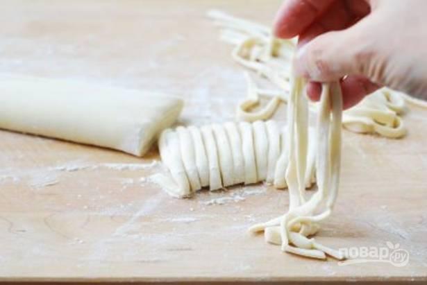 Нарезаем получившееся тесто полосками около 4 мм шириной. Вот и готова лапша.