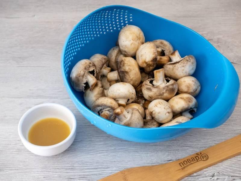 Грибы тщательно промойте и промокните бумажным полотенцем. Посолите по вкусу. Смешайте все ингредиенты маринада — лимонный сок, мед и горчицу. Если у вас густой мед, то растопите его на водяной бане.