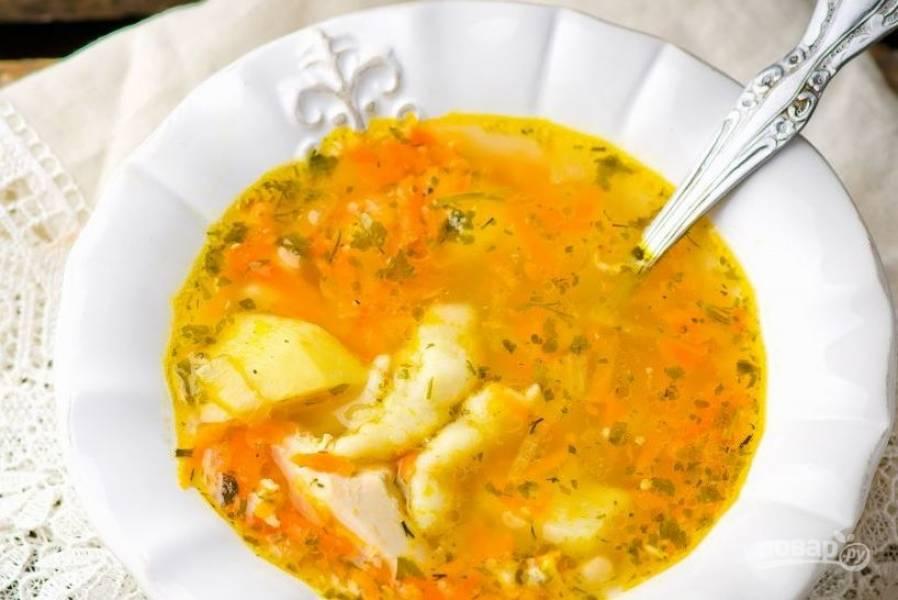 Положите овощи в бульон, добавьте перец и лаврушку. Варите десять минут. Потом в кипящий суп выкладывайте ложкой тесто, чтобы получились клецки. Варите еще пять минут, в конце добавьте измельченную зелень.